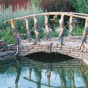 Бетонный мостик с деревянными перилами