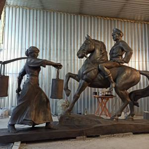 Скульптура из бетона: Казак на коне с казачкой