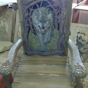 Деревянная мебель: Стул охотника. Барельеф с волком