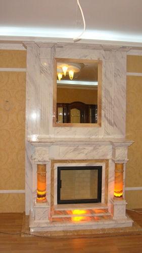 Высокая каминная облицовка с зеркалом