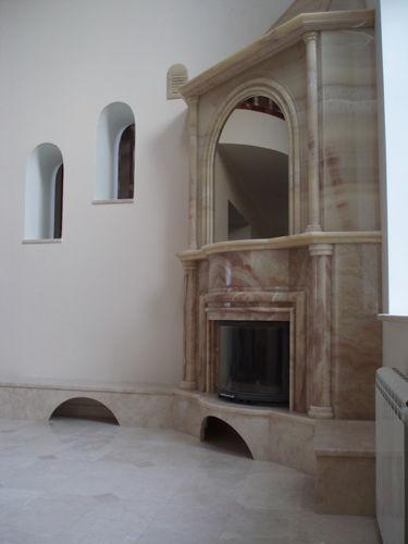 Угловая каминная облицовка под лестницу