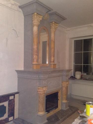 Светлая каминная облицовка с золотыми колоннами