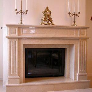 Каминная облицовка из полированного мрамора с классическими колоннами