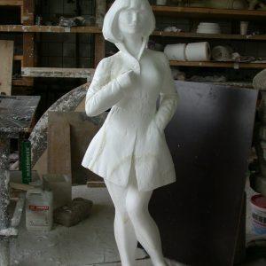 Фигура из пенопласта: Скромная девушка