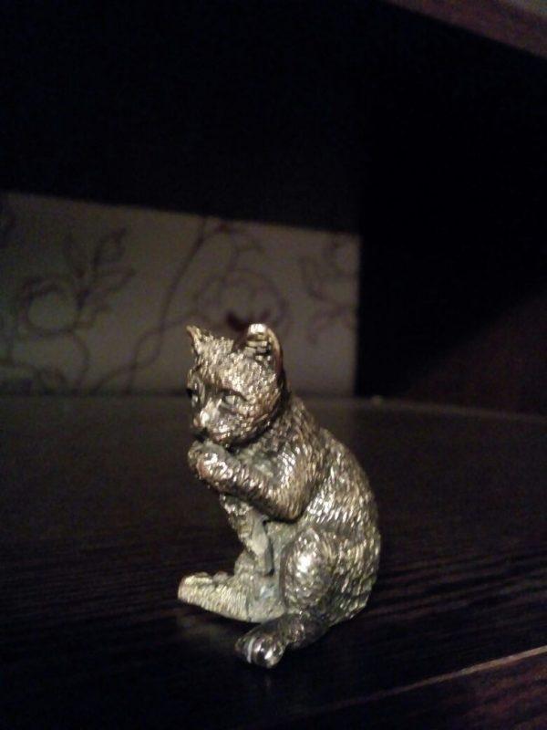 Бронзовая скульптура: «Котик с рыбой»
