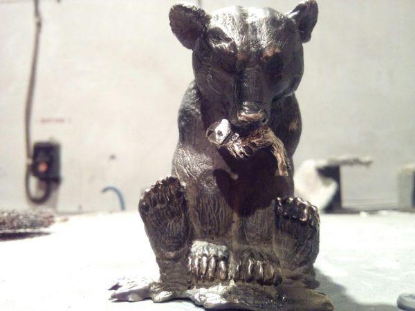 Бронзовая скульптура: «Медведь с добычей»