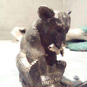 Бронзовая скульптура: Миниатюрный мишка с рыбой