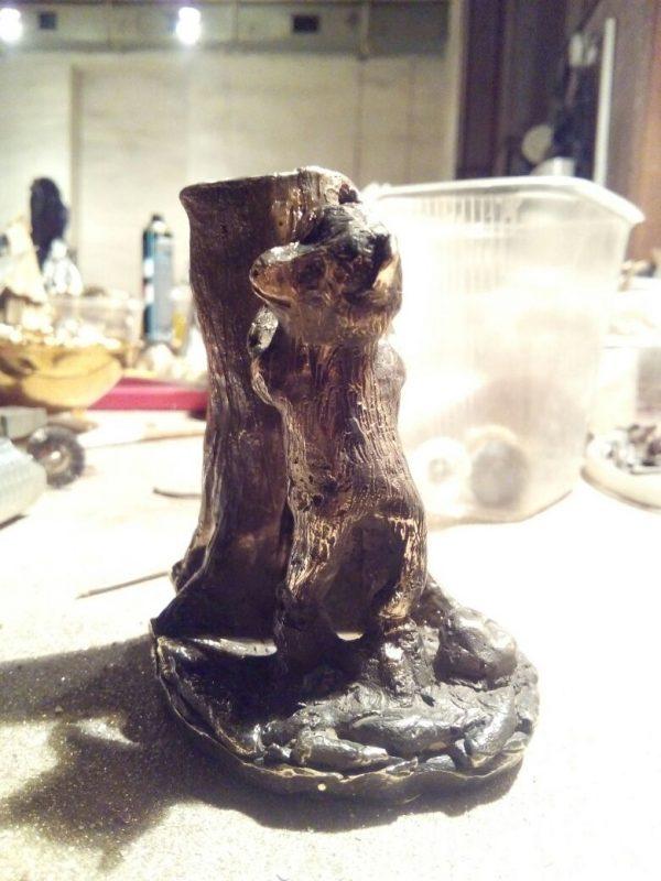 Бронзовая скульптура: Миниатюрный мишка с пеньком