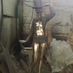 Бронзовая скульптура: Изящная девушка в шляпке
