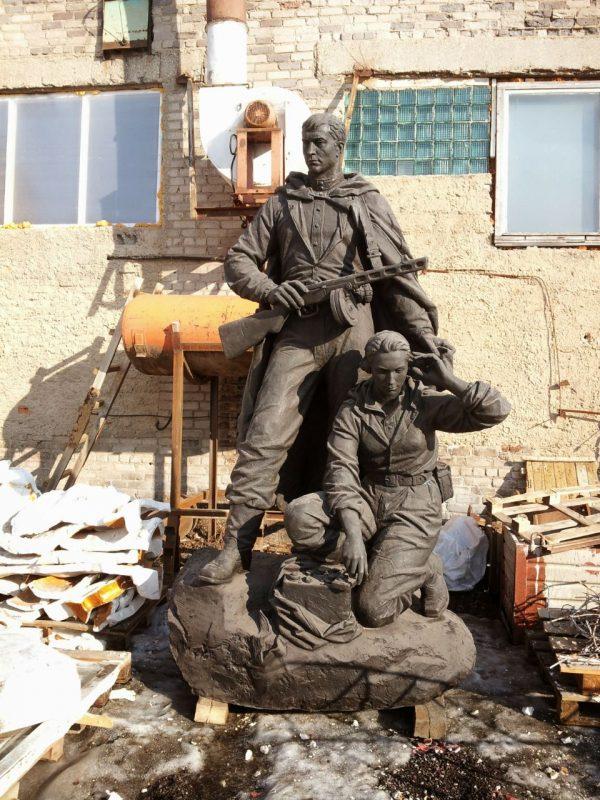 Бронзовая скульптура: Солдат и радистка