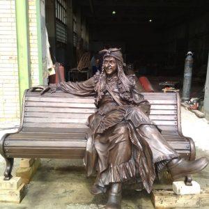 Бронзовая скульптура: Баба-Яга на лавочке