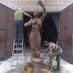 Бронзовая скульптура: Прощающаяся девушка с цветами
