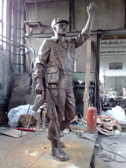 Бронзовая скульптура: Военный с поднятой рукой