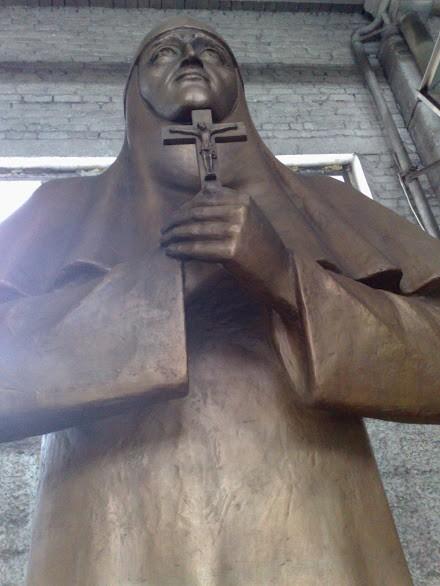 Бронзовая скульптура: Молящаяся монахиня