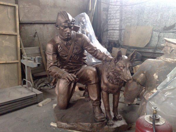 Бронзовая скульптура: Советский солдат с собакой