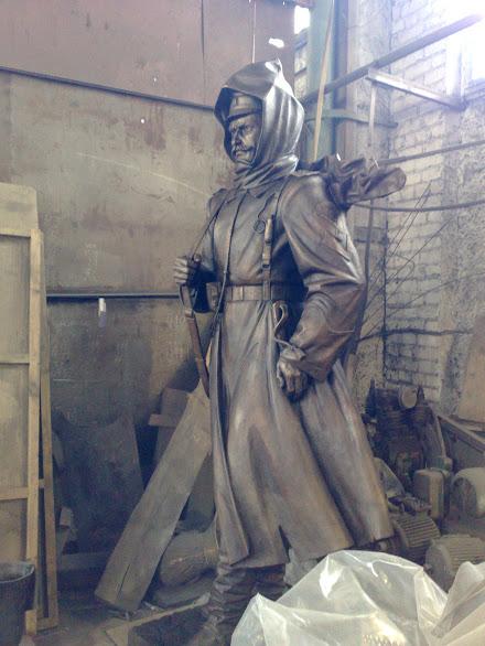 Бронзовая скульптура: Солдат в плащ-палатке