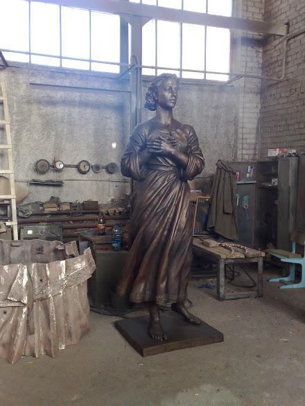 Бронзовая скульптура: Переживающая женщина