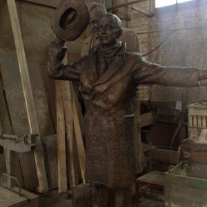 Бронзовая скульптура: Незнакомец со шляпой