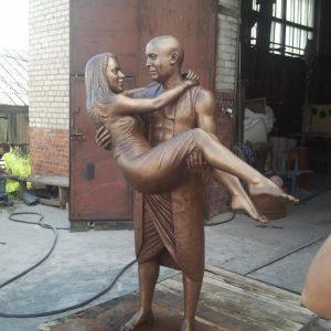 Бронзовая скульптура: Мужчина с девушкой на руках