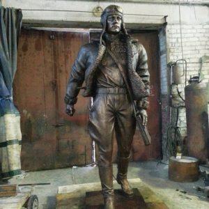 Бронзовая скульптура: Шагающий летчик