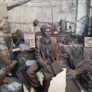 Бронзовая скульптура: Задумчивый писатель