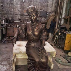 Бронзовая скульптура: Дама с цветами