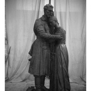Бронзовая скульптура: Момент расставания перед долгой разлукой