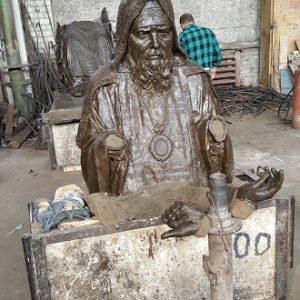 Бронзовая скульптура: Священник возле алтаря