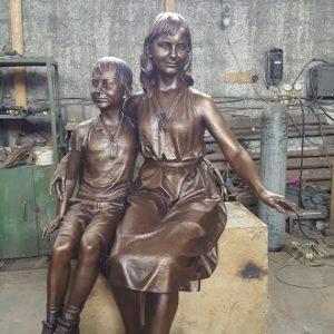 Бронзовая скульптура: Мать с гуляющими детьми