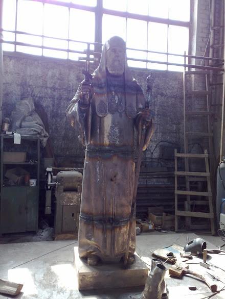 Бронзовая скульптура: Священник на богослужении