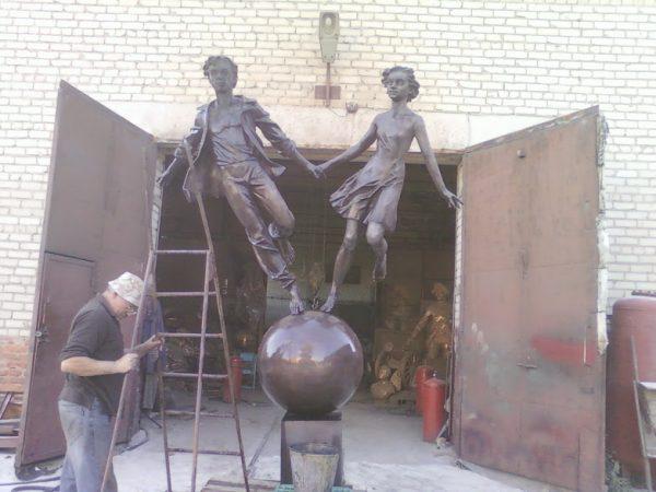 Бронзовая скульптура: Двое на шаре
