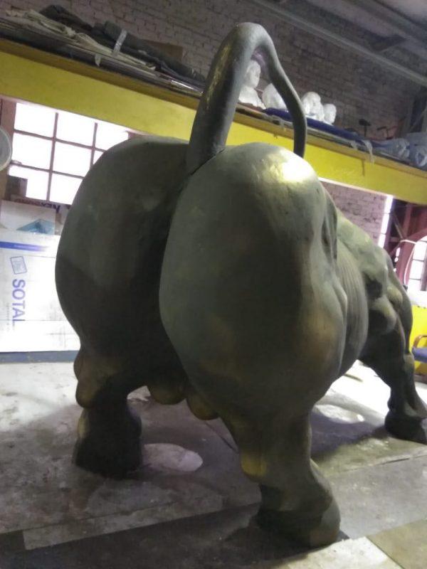 Фигура из пенопласта «Атакующий бык»