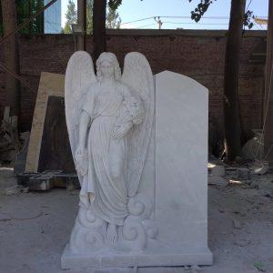 Надгробный памятник: Ангел с букетом цветов