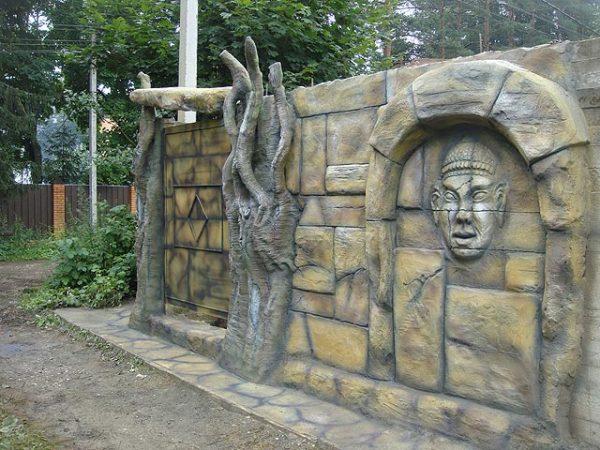Бетонный забор с барельефами
