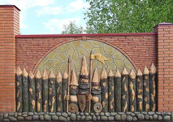 Бетонный забор с гномами