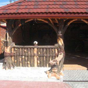 Бетонная беседка с деревянным заборчиком