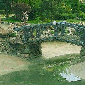 Бетонный мостик с морскими коньками