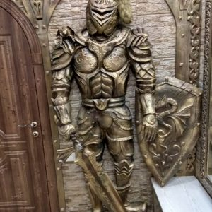 Скульптура из дерева: Рыцарь с закрытым забралом