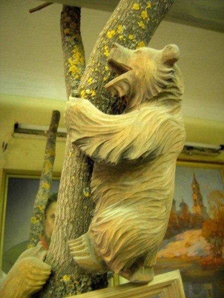 Скульптура из дерева: Медведь на дереве
