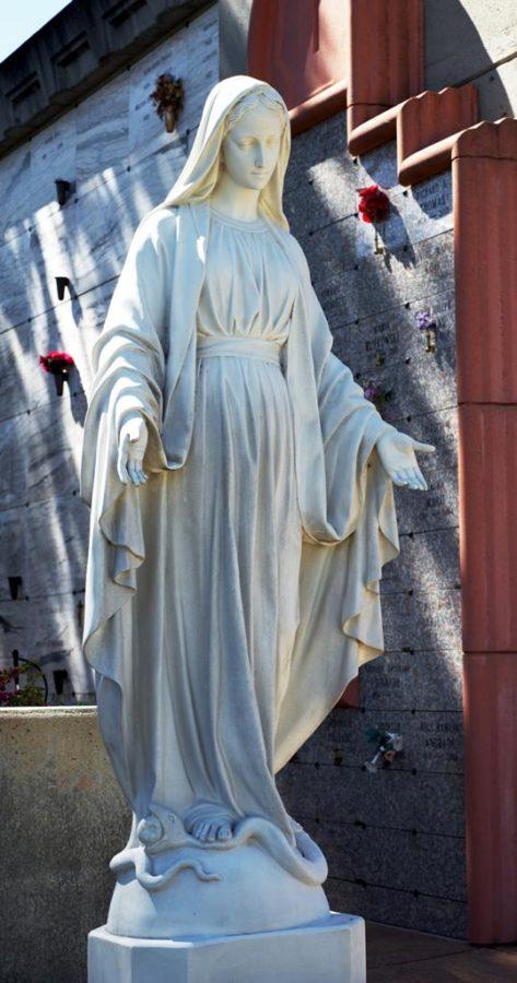 Скульптура из гранита: Дева Мария