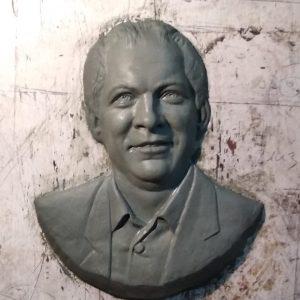 Барельеф на надгробный памятник в форме бюста
