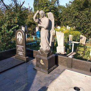 Скульптура из гранита: Ангел с крестом