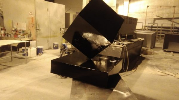 Фигура из пенопласта и стеклопластика: Черные кубы