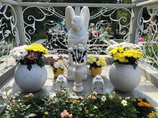 Скульптура из мрамора: Ангел, склонившийся на колени