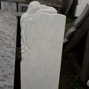 Надгробный памятник: Скорбящая девушка