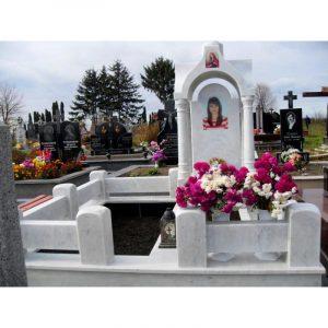 Надгробный памятник с колоннами и аркой