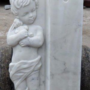 Надгробный памятник: Ребенок с игрушкой