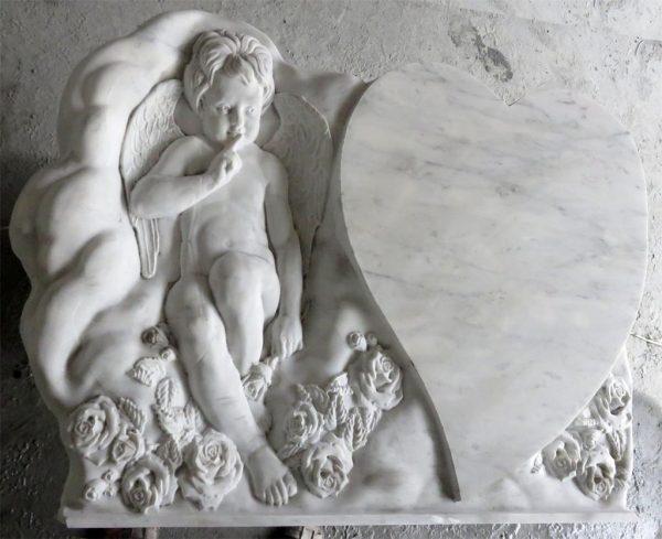 Надгробный памятник в форме сердца с ангелочком