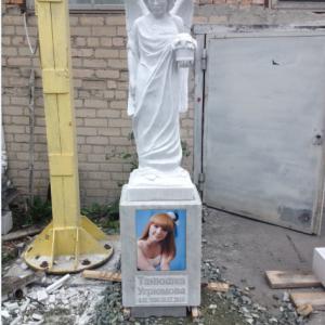 Надгробный памятник: Ангел с цветком