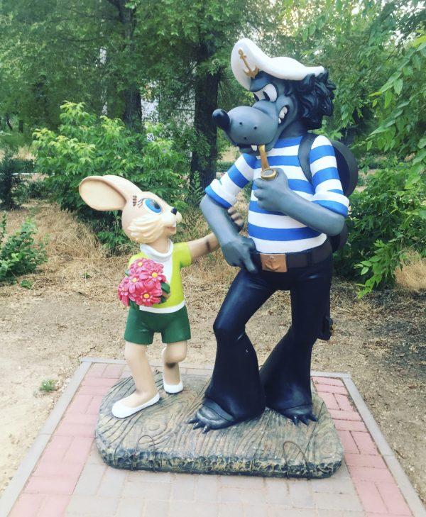 """Скульптура Волка и Зайца из мультфильма """"Ну погоди!"""""""